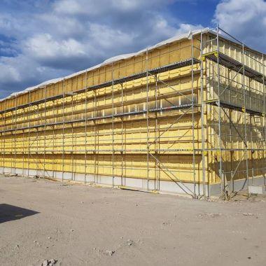 Tööstushoone fassaadi soojustamine suletud pooridega PUR vahuga. Kihi paksus 5cm, eesmärk õhutiheduse ja tuulepidavuse saavutamine